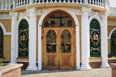 Деревянная дверь с выкованной решеткой металла Стоковое Изображение
