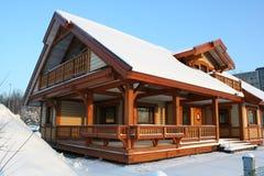 Деревянная зима дома Стоковые Изображения