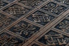 Деревянная клеть с oriental высекла Стоковое фото RF