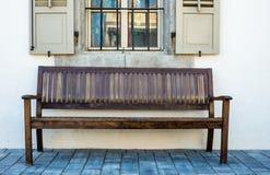 Деревянная скамья в Тель-Авив Стоковые Фото
