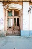 Деревянная старая дверь в центре Астрахани России Стоковое Фото
