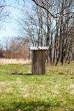 Деревянная уборная во дворе Стоковое Фото