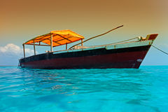 Деревянная шлюпка на воде Стоковая Фотография