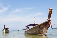Деревянная шлюпка на пляже Стоковое Фото