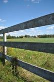 Деревянные загородка и поле Стоковые Фото