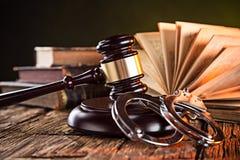 Деревянные молоток и книги на деревянном столе Стоковые Фото