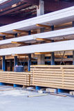 Деревянные панели, который хранят внутри склада Стоковое Фото