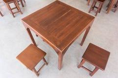 Деревянные столы и стулья Стоковые Изображения