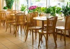 Деревянные таблицы и стулы Стоковые Фото