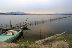 Деревянные шлюпки в заходе солнца деревни воды Стоковое Изображение