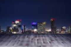 Деревянный стол & город на ноче 4 Стоковые Изображения