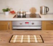 Деревянный стол на defocused предпосылке стенда кухни Стоковые Изображения