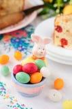 Держатель яичка зайчика пасхи заполненный с красочное запятнанное яйцевидным Стоковые Изображения RF