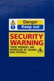 держите вне предупреждение знака обеспеченностью Стоковая Фотография