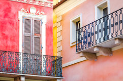 Детализируйте взгляд красочных стен и балконов с окнами Стоковое фото RF