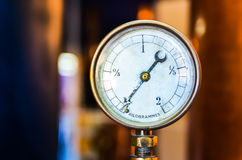 Деталь манометра давления на славной предпосылке bokeh Стоковые Изображения RF