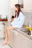 детеныши женщины встречной кухни унылые сидя Стоковое Изображение