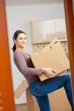 детеныши женщины картона коробки поднимаясь Стоковая Фотография RF