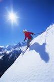 детеныши женщины катания на лыжах Стоковая Фотография