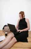 детеныши женщины компьтер-книжки Стоковое Изображение