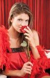 детеныши женщины красивейшей розы красного цвета сексуальные Стоковое Изображение RF