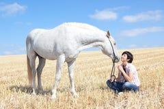 детеныши женщины лошади Стоковая Фотография RF