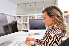 детеныши женщины офиса Стоковые Фотографии RF