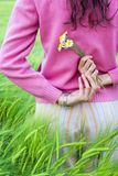 детеныши женщины пшеницы поля Стоковое Изображение