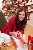 детеныши женщины рождества пакуя присутствующие Стоковые Изображения