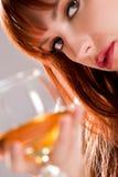 детеныши женщины стекла коктеила Стоковое Изображение RF