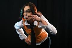 детеныши женщины стеклянного удерживания увеличивая Стоковые Фото
