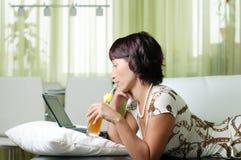детеныши женщины тетради Стоковое фото RF