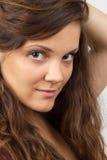 детеныши женщины удерживания волос Стоковое Изображение RF
