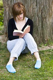 детеныши женщины чтения парка Стоковое фото RF