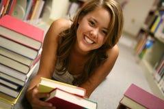 детеныши женщины чтения Стоковая Фотография