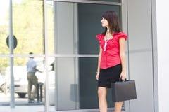 детеныши женщины holdig портфеля Стоковая Фотография RF