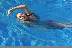 детеныши заплывания девушки Стоковое Изображение RF