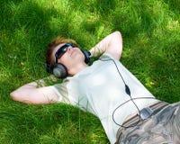 детеныши лужка девушки лежа Стоковые Фотографии RF