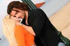 детеныши пар целуя Стоковая Фотография