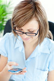 детеныши позитва коммерсантки texting Стоковая Фотография
