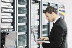 детеныши сервера комнаты инженера datacenter Стоковые Фотографии RF