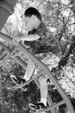детеныши спортивной площадки мальчика Стоковые Фотографии RF