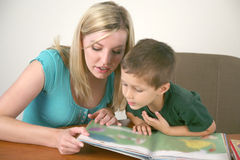 детеныши чтения ребенка книги Стоковое фото RF