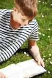 детеныши чтения человека книги Стоковая Фотография RF