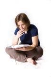 детеныши чтения девушки книги Стоковые Изображения
