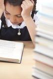 детеныши школы чтения девушки книги милые Стоковая Фотография RF