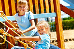 Дети двигают вне к скольжению в спортивной площадке Стоковые Изображения RF