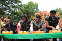Дети в состязании еды манго Стоковые Изображения RF