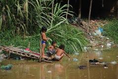 дети играя загрязнение Стоковое Изображение