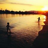 Дети играя на пляже Стоковое фото RF